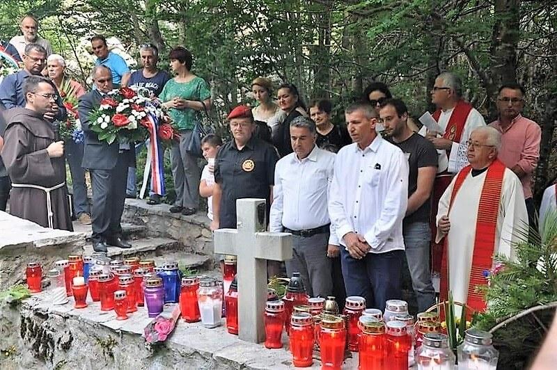 Veterani 4. GBR na sv. misi zadušnici za žrtve jugokomunističkog režima kraj Husine jame na Vagnju