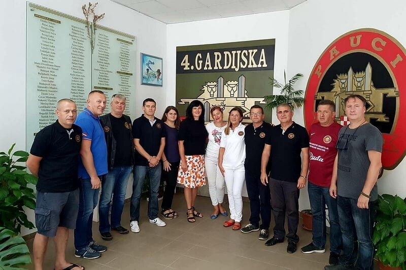 """Ekipa emisije HRT-a """"Veterani mira"""" posjetili Udrugu veterana 4. gardijske brigade"""