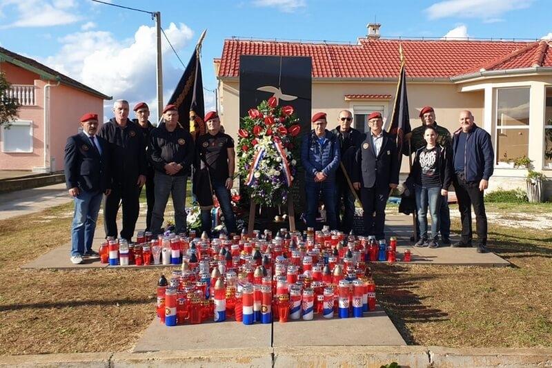 Foto/Video - Veterani 4. gardijske brigade na obilježavanju 28. obljetnice stradanja u Škabrnji